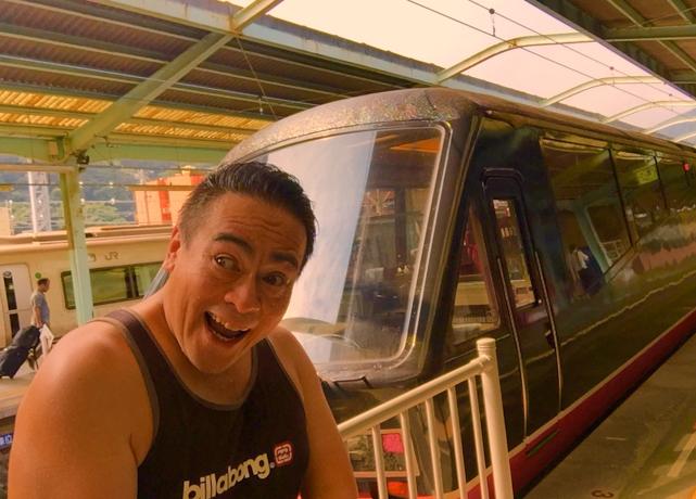 伊豆急行のリゾート21黒船電車のロイヤルボックスに乗車前のさわさわの自撮り写真、わぁーーー!伊豆急下田駅にて