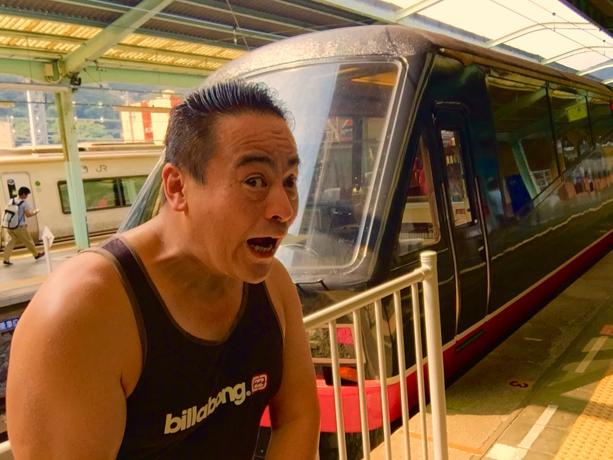 伊豆急行のリゾート21黒船電車のロイヤルボックスに乗車前のさわさわの自撮り写真、わぁ!伊豆急下田駅にて