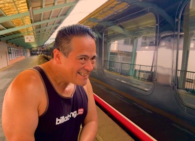伊豆急行のリゾート21黒船電車のロイヤルボックスに乗車前のさわさわの自撮り写真、えへ!伊豆急下田駅にて