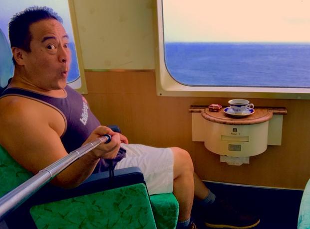 伊豆急行のリゾート21黒船電車のロイヤルボックスに乗車中のさわさわの自撮り写真、おーーー!東伊豆町片瀬白田海岸通過中