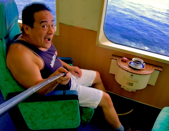 伊豆急行のリゾート21黒船電車のロイヤルボックスに乗車中のさわさわの自撮り写真、わぁ!東伊豆町片瀬白田海岸通過中